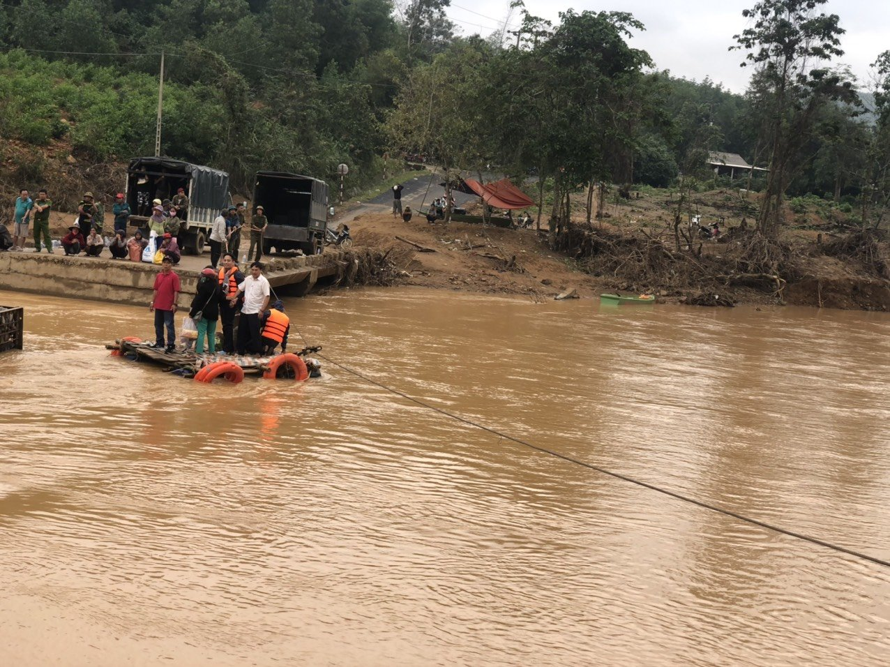 2- Vượt qua khó khăn để trao quà cho người dân vùng lũ khi nước chưa rút