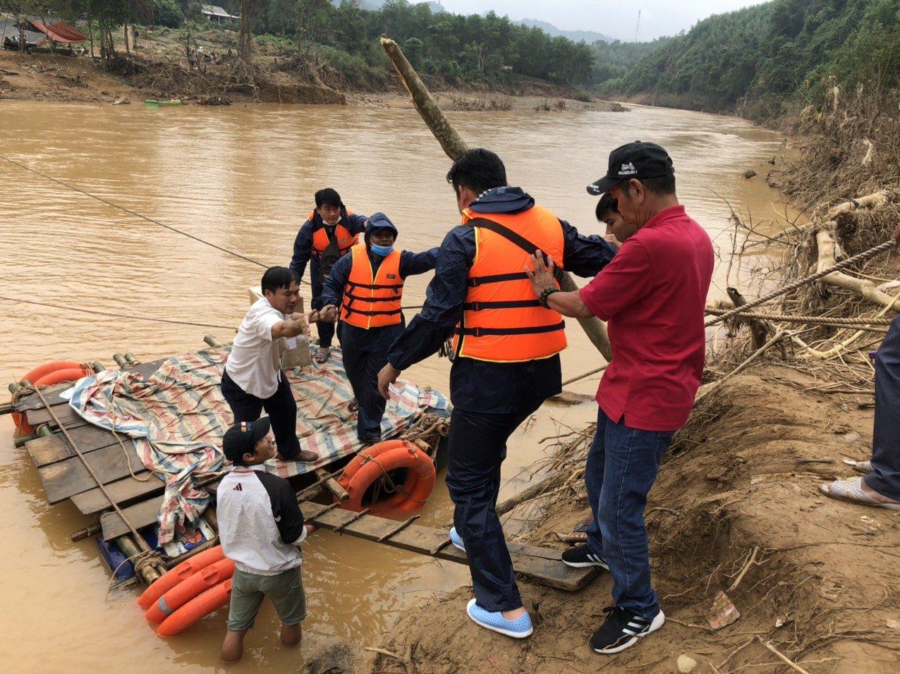 3- Vượt qua khó khăn để trao quà cho người dân vùng lũ khi nước chưa rút