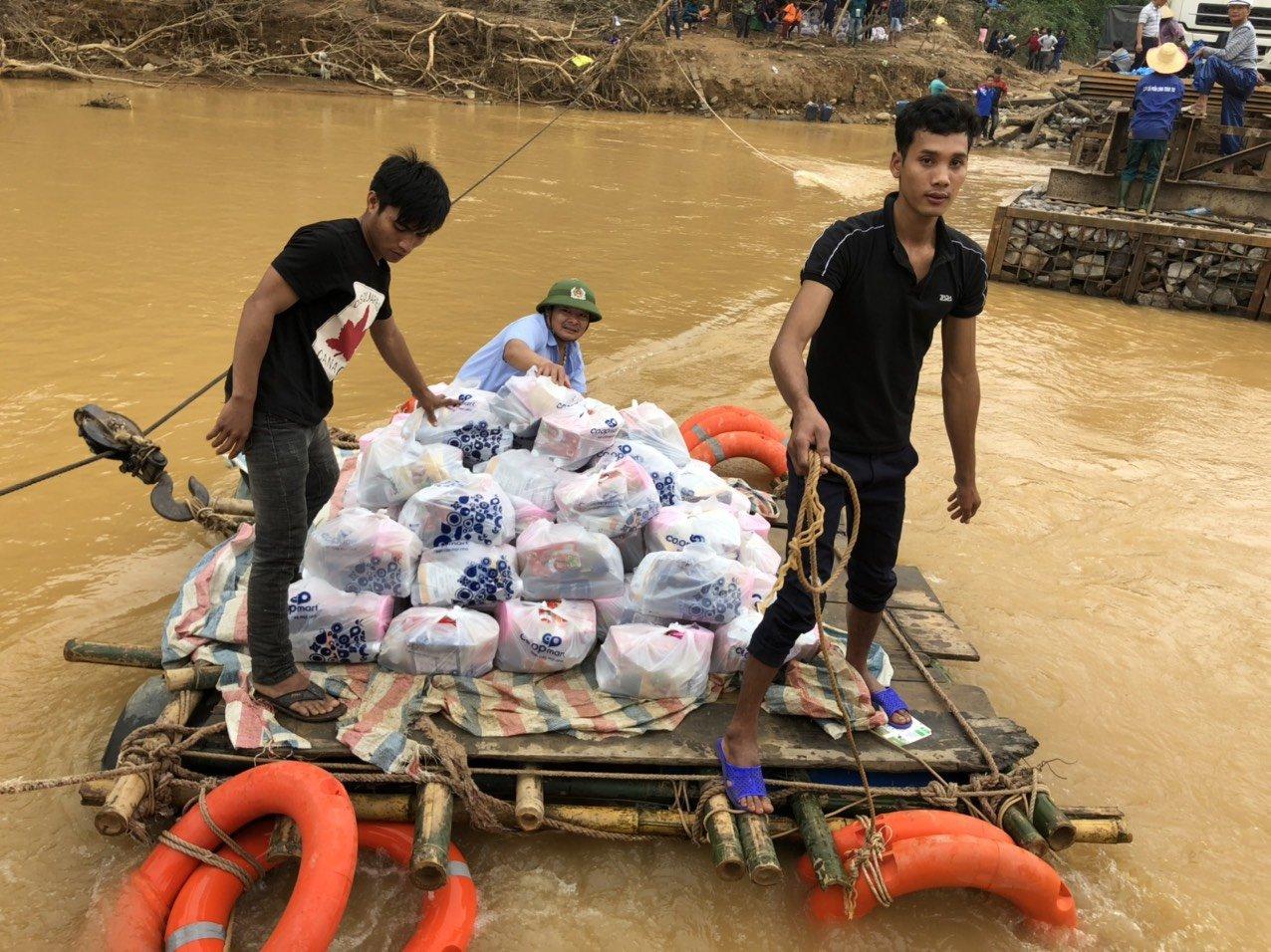 4- Vượt qua khó khăn để trao quà cho người dân vùng lũ khi nước chưa rút